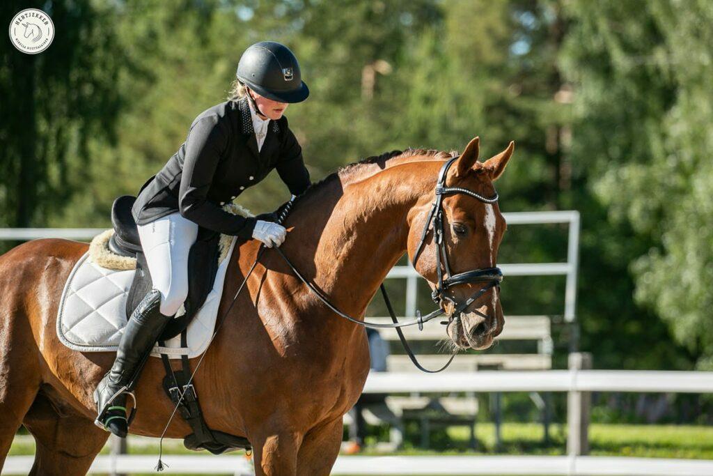 Laura Kangasniemi ratsastaa